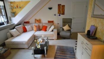 Sofa und Relaxsessel im Wohnzimmer